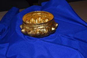Златна купа с букели от Белене